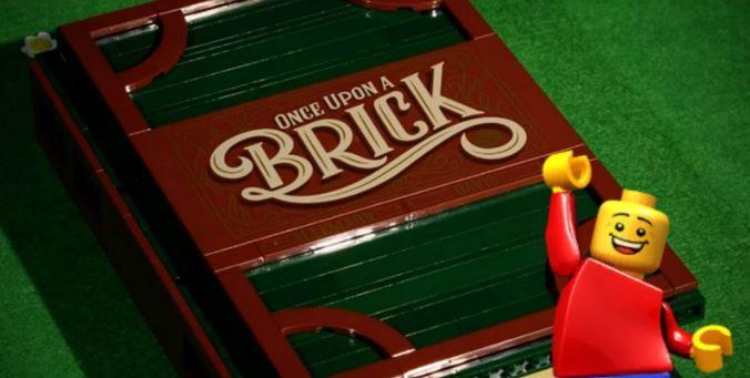 La copertina di Once Upon a Brick e uno degli iconici personaggi LEGO