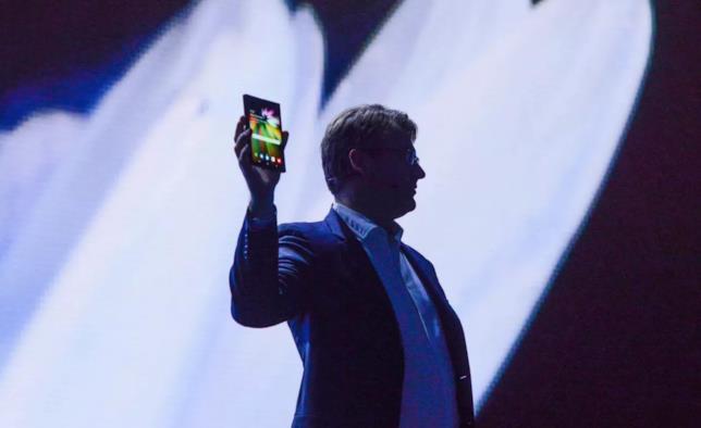 Finalmente svelato lo smartphone pieghevole — Samsung Infinity Flex