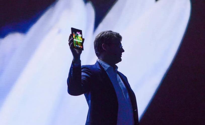 Una foto di Justin Denison e del nuovo smartphone pieghevole di Samsung