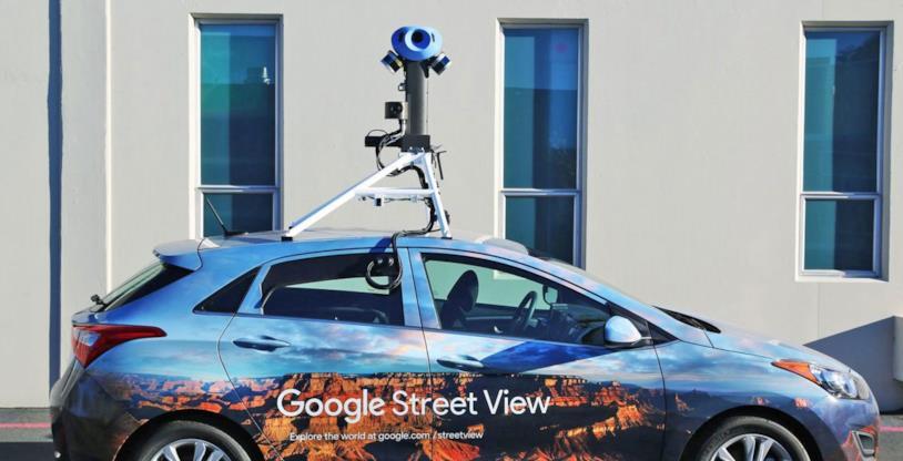 Primo piano di una Google Car attrezzata con telecamere a 360 gradi per le riprese di Google Street View,