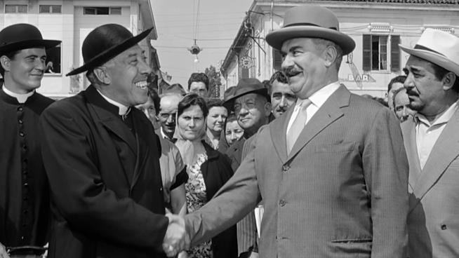 Fernandel e Gino Cervi in una scena del film