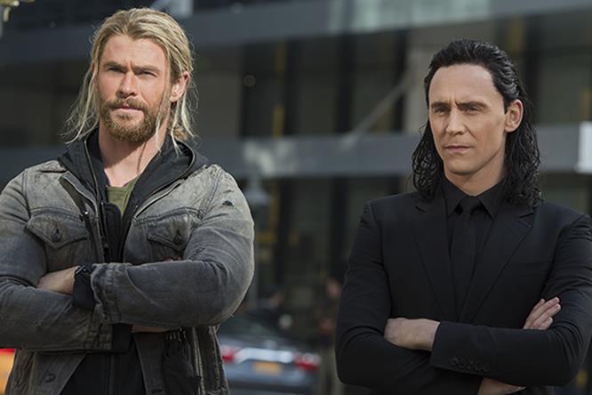 Thor e Loki sulla terra in abiti civili