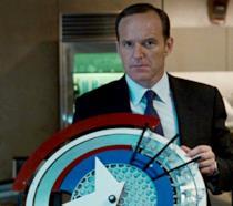 L'Agente Coulson impugna uno scudo simile a quello di Cap