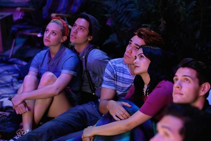 I personaggi di Betty, Jughead, Archie, Veronica e Kevin, seduti a guardare il cielo