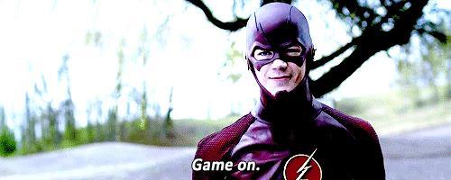 Barry Allen con il costume da Flash e aria di sfida