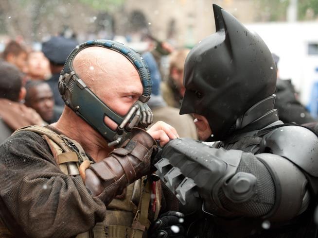 Bane e Batman a confronto in Il Cavaliere Oscuro - Il ritorno