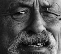 Un intenso primo piano di Jim Harrison, autore di Vento di Passioni