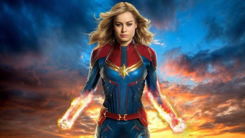 Capitan Marvel con i pugni pieni di energia