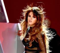 Primo piano di Selena Gomez in tour