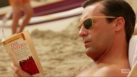 Don Draper legge in spiaggia in una scena di Mad Men