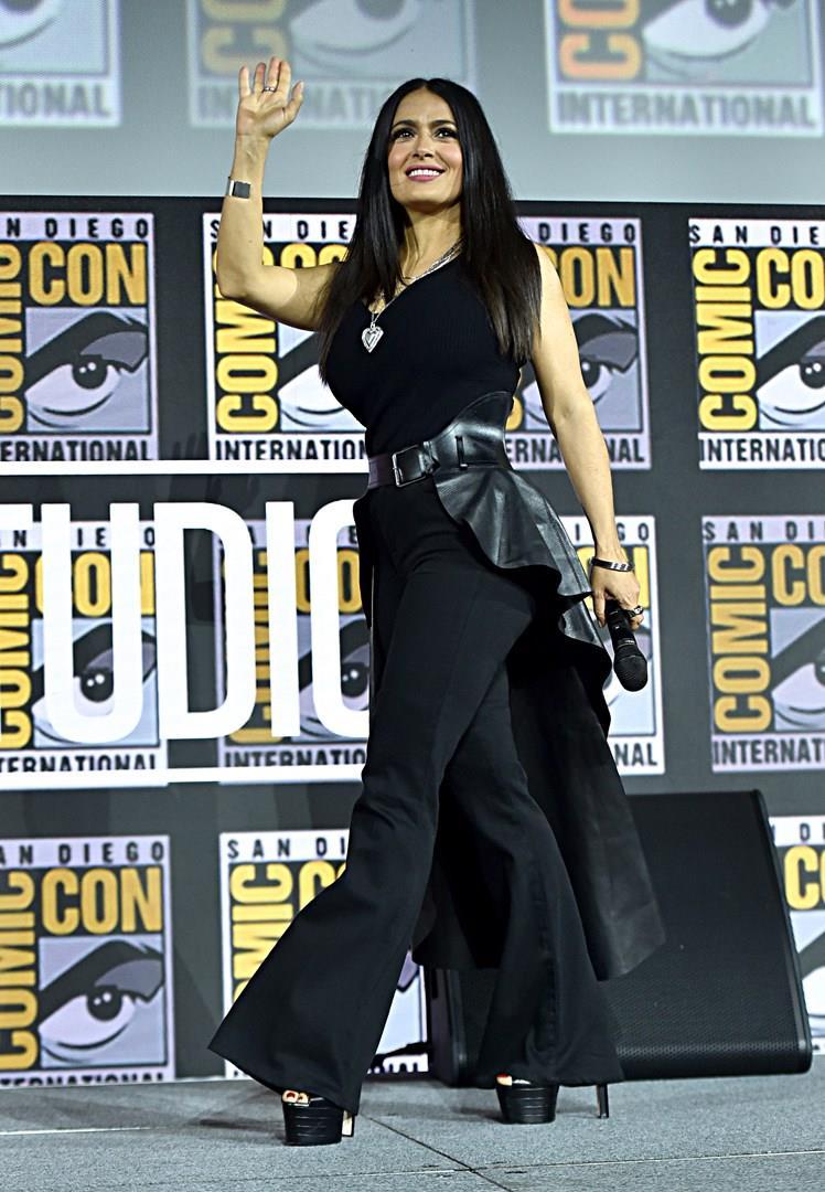 Salma Hayek saluta il pubblico al San Diego Comic-Con 2019