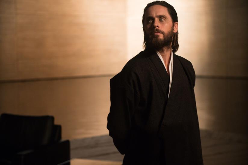 Una mezza figura di Jared Leto in una scena di Blade Runner 2049