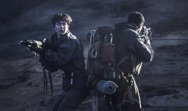 Due membri dell'equipaggio nel pianeta di Alien: Covenant