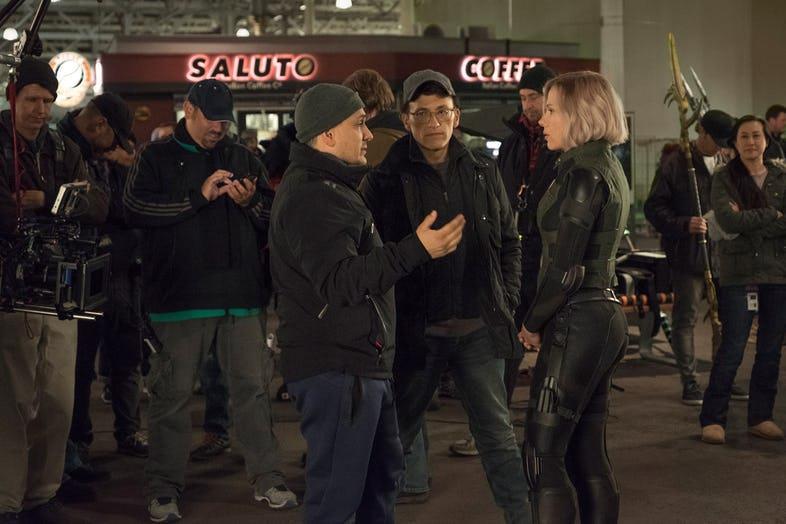 I fratelli Russo dirigono Scarlet Johansson sul set di Avengers: Infinity War