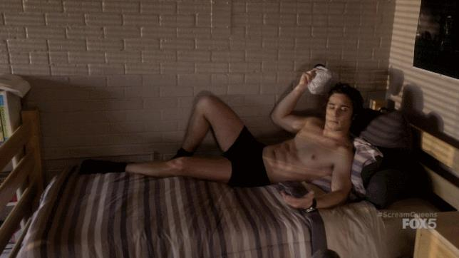 Pete sul letto mentre aspetta qualcuno!