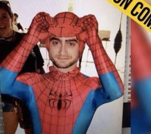 Daniel Radcliffe vestito da Spiderman al Comic Con 2016