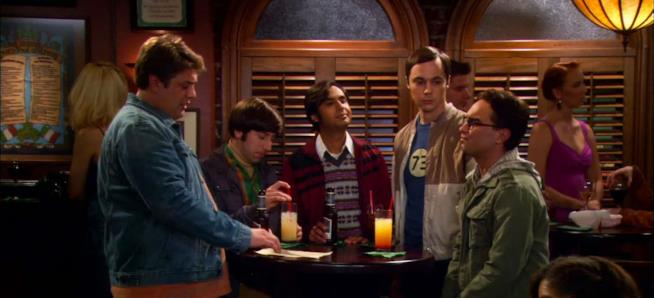 Una scena di The Big Bang Theory con il padre di Sheldon