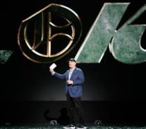 Kevin Feige e il logo della nuova serie su Loki