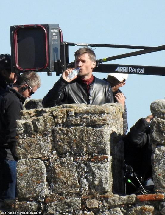 Game of Thrones: Nikolaj Coster-Waldau beve durante una pausa sul set