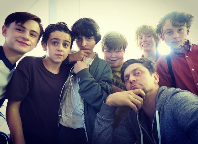 Andy Muschietti con gli attori del Club dei Perdenti