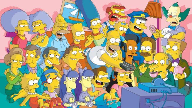 Homer e i protagonisti dei Simpson davanti alla TV