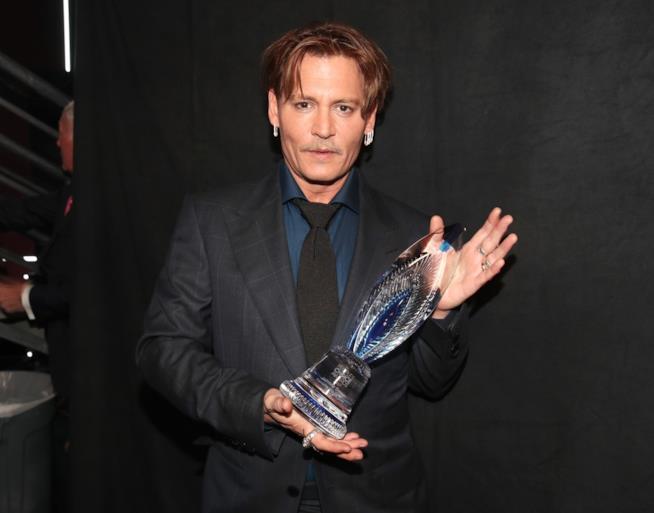 Johnny Depp con il suo premio ai People's Choice Awards