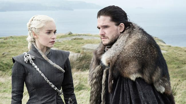 Kit Harington ed Emilia Clarke in Game of Thrones 7