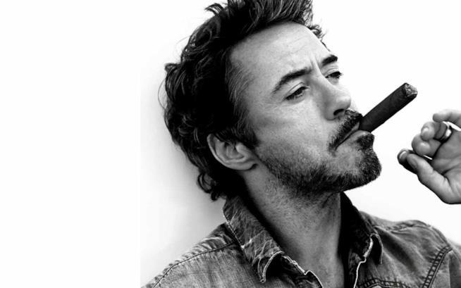 Robert Downey Jr. si gode un sigaro