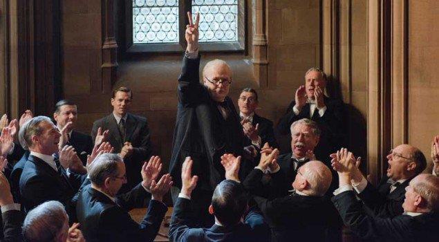 Un energico Winston Churchill (Gary Oldman) in una scena del film L'ora più buia