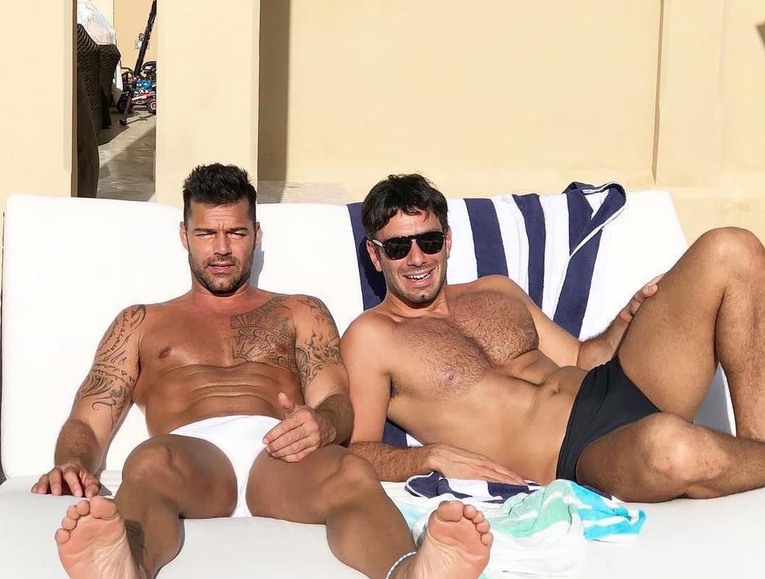 Ricky Martin abbronzato e sexy in uno scatto pubblicato sul suo profilo instagram