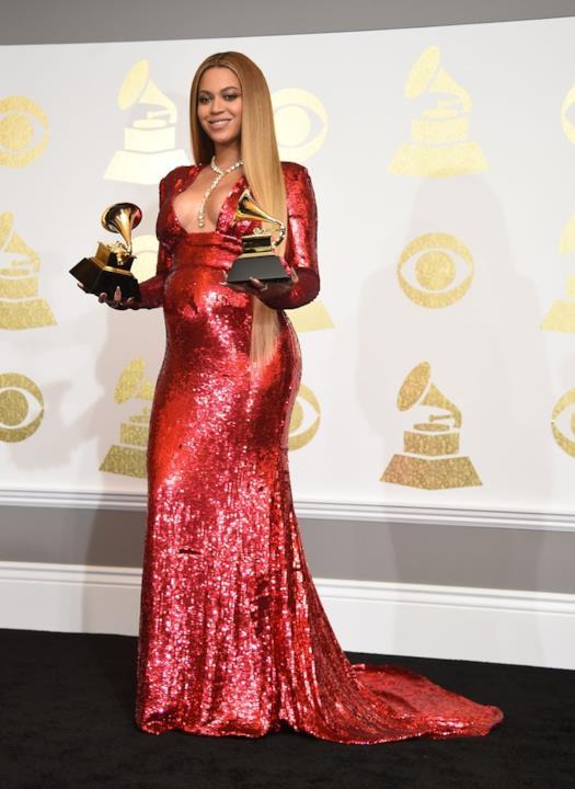 Grammy Awards 2017: Beyoncé con abito rosso di Peter Dundas