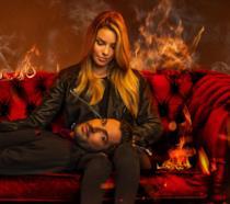 Tom Ellis sulle gambe di Lauren German nella locandina di Lucifer