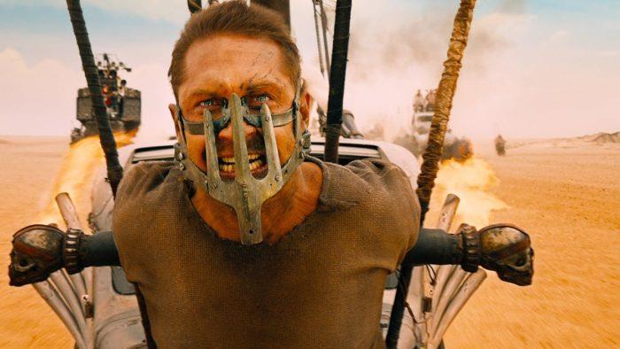 Tom Hardy in una scena di Mad Max: Fury Road, mentre è legato a una auto
