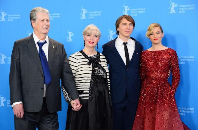 Brian Wilson mano nella mano con la moglie e insieme ai due attore di Love and Mercy
