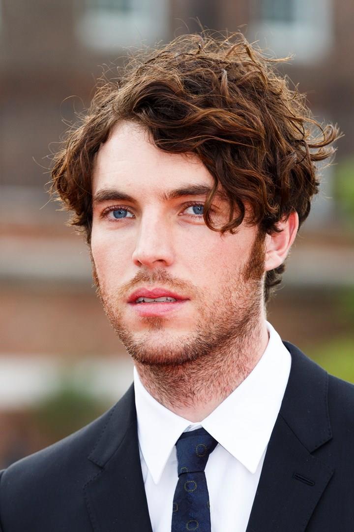 Primo piano dell'attore britannico Tom Hughes