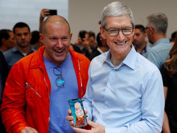 Jony Ive e Tim Cook mostrano sorridenti il nuovo iPhone X