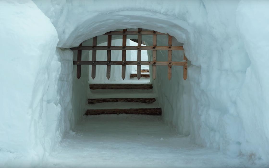 Primo piano dell'entrata del labirinto di neve a Snowlandia Winter Amusement Park