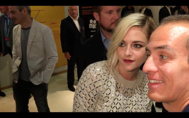 Kristen Stewart con un fan a Cannes