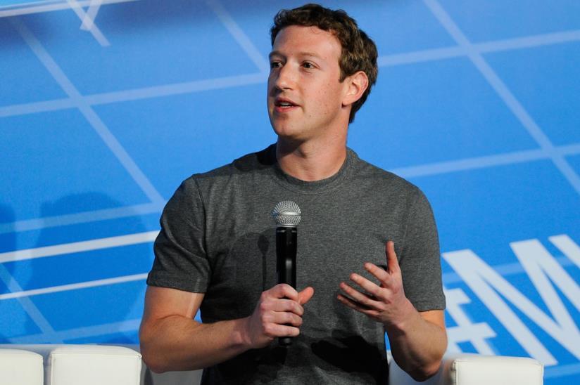 Mark Zuckerberg con il microfono in mano