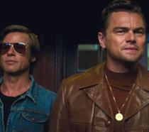 Leonardo DiCaprio e Brad Pitt in una scena di C'era una volta...a Hollywood