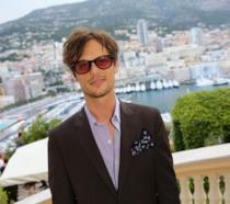 Matthew Gray Gubler, sorridente e in occhiali da sole, al Montecarlo TV Festival