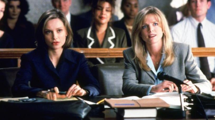 L'attrice Courtney Thorne-Smith in una scena della serie