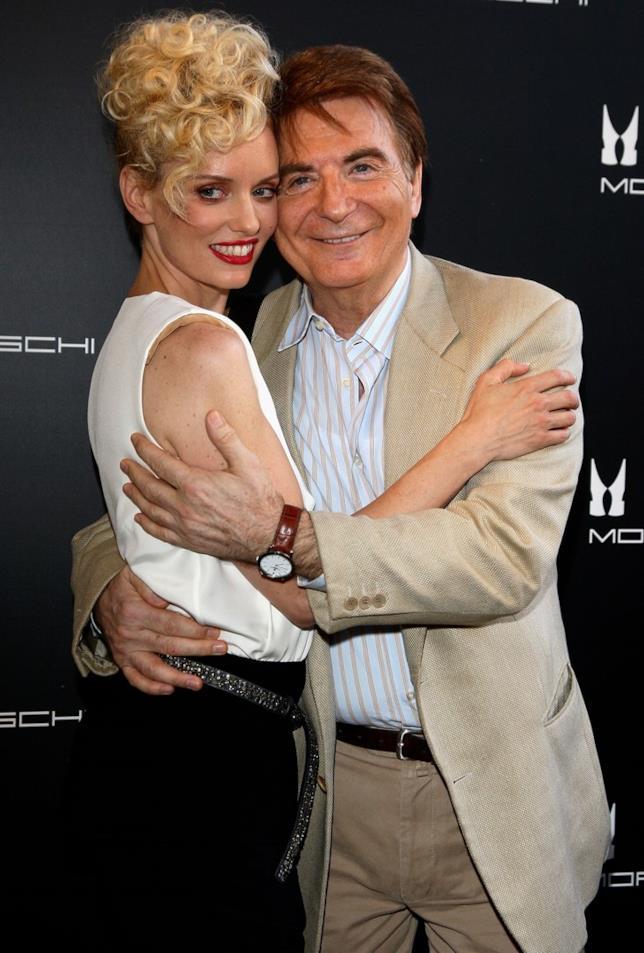 Paolo Limiti e Justine Mattera abbracciati