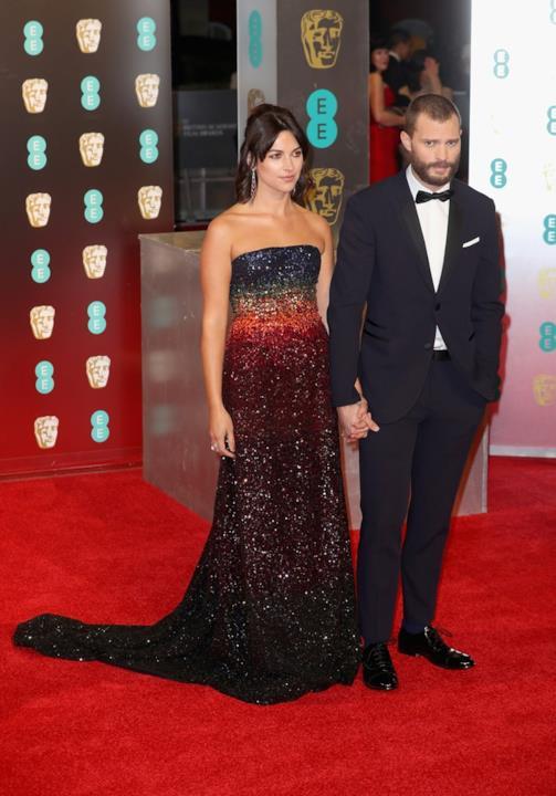 Jamie Dorner in tuxedo e la moglie Amelia in look scintillante ai BAFTA
