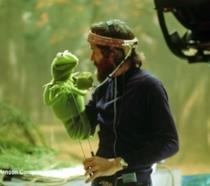 Jom Henson è uno dei creatori dei Muppet. Eccolo in compagnia di Kerrmit la Rana.