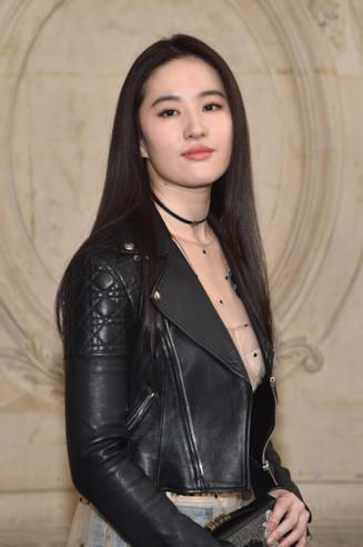 Mezza figura dell'attrice Liu Yifei