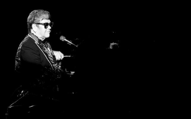 Elton John al pianoforte