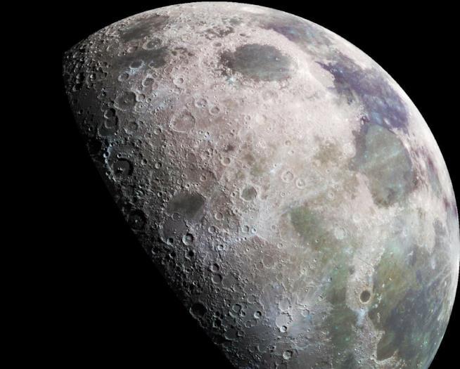 La Luna in fase crescente, su sfondo nero