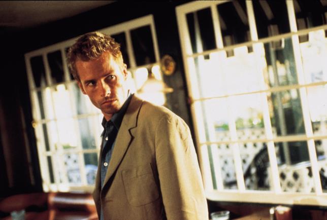 Mezzo primo piano di Guy Pearce in una scena di Memento