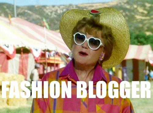 Un meme sulla signora in giallo